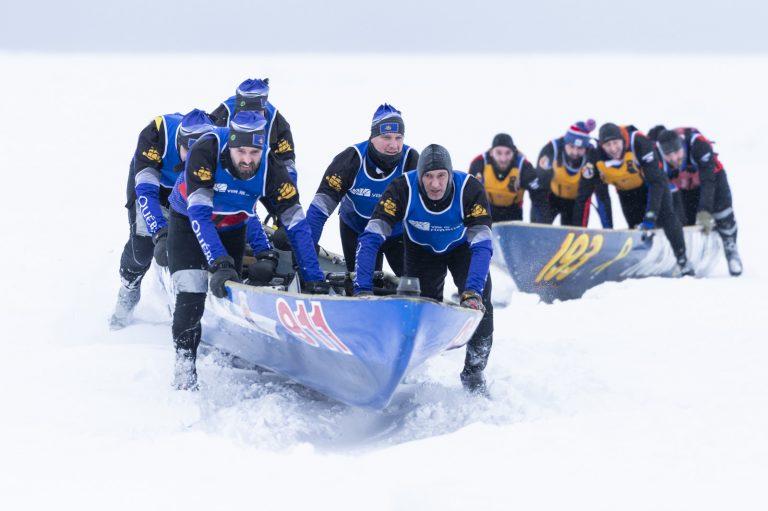 Course de canot à glace.